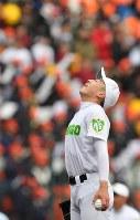 【米子東―札幌大谷】一回裏、先頭打者に本塁打を許し、マウンドで深呼吸する米子東の先発・森下=阪神甲子園球場で2019年3月24日、徳野仁子撮影