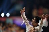 世界選手権の全日程を終えて観客にあいさつする羽生結弦=さいたまスーパーアリーナで2019年3月24日、宮間俊樹撮影