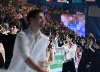 世界選手権の全日程を終えて観客にあいさつする羽生結弦(右奥)=さいたまスーパーアリーナで2019年3月24日、宮間俊樹撮影