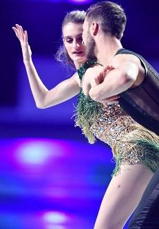 エキシビションで演技するアイスダンス優勝のガブリエラ・パパダキス、ギヨーム・シゼロン組=さいたまスーパーアリーナで2019年3月24日、宮間俊樹撮影