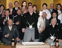 優勝し、鯛を持って喜ぶ白鵬=大阪市中央区で2019年3月24日、平川義之撮影