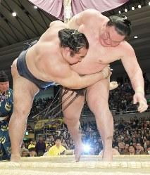 白鵬(右)が下手投げで鶴竜を破る=エディオンアリーナ大阪で2019年3月24日、平川義之撮影
