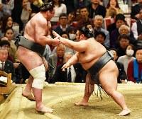 栃ノ心を押し出しで破った貴景勝(右)=エディオンアリーナ大阪で2019年3月24日、加古信志撮影