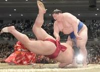 逸ノ城(右)が大栄翔をはたき込みで破る=エディオンアリーナ大阪で2019年3月24日、平川義之撮影