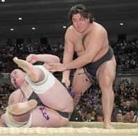 序二段優勝決定戦で、狼雅(右)が下手投げで照ノ富士を降す=エディオンアリーナ大阪で2019年3月24日、平川義之撮影
