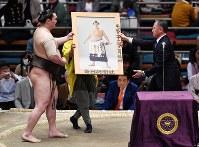 42回目の優勝を決めて、斉藤善也・毎日新聞大阪本社代表から優勝額を授与される白鵬(左)=エディオンアリーナ大阪で2019年3月24日、加古信志撮影