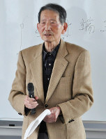 座禅の講師を務める冨木昭光さん=石川県かほく市の西田幾多郎記念哲学館で、岩壁峻撮影