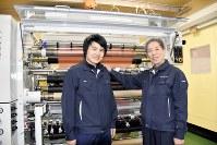 後継指名したグエンさん(左)の肩に手を添える長尾安祐社長=名古屋市西区で