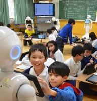 ペッパーを使用したプログラミングの授業を受ける児童ら=岐阜市立柳津小で