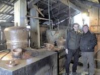 パウル・イリエシュさん(左)が所有するツイカの蒸留所。ペートル・ボボチャさん(右)ら多くの村人がツイカ造りに利用する