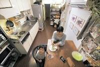 古後紘子さんの「都会の拠点」。約8畳のダイニングキッチンが居間を兼ねている=東京都港区で、手塚耕一郎撮影