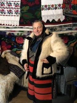 羊毛で作った民族衣装を着る女性。現在でも村人は毎週日曜日、教会に行く際に民族衣装を着る=ルーマニア北西部スルビ村で2019年1月22日、三木幸治撮影