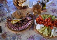 ツイカと一緒に提供されるルーマニア料理の前菜ルーマニア北西部メディエシュアウリト村で2019年1月21日、三木幸治撮影