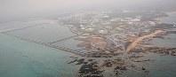 米軍普天間飛行場の移設先として、埋め立てが進む辺野古の沿岸部。左は土砂が投入された新海域=沖縄県名護市で2019年3月25日午後4時32分、本社機「希望」から佐々木順一撮影