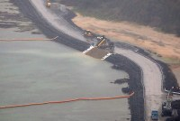 米軍普天間飛行場の移設工事で、新海域に土砂が投入された辺野古の沿岸部=沖縄県名護市で2019年3月25日午後4時24分、本社機「希望」から佐々木順一撮影