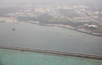 米軍普天間飛行場の移設工事で、新海域に土砂が投入された辺野古の沿岸部=沖縄県名護市で2019年3月25日午後4時32分、本社機「希望」から佐々木順一撮影