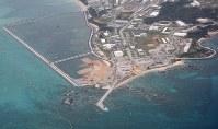 米軍普天間飛行場の移設先として、埋め立てが進む辺野古の沿岸部=沖縄県名護市で2019年3月25日午前10時3分、本社機「希望」から佐々木順一撮影