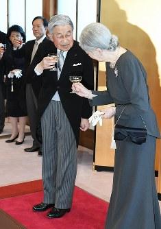 皇后さまと乾杯される天皇陛下=京都市上京区の京都御所で2019年3月25日午後4時35分(代表撮影)