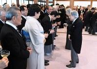 招待客らと歓談される天皇、皇后両陛下=京都市上京区の京都御所で2019年3月25日午後4時38分(代表撮影)