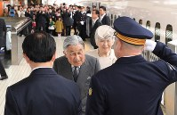 JR京都駅に到着された天皇、皇后両陛下=京都市下京区で2019年3月25日午後1時35分(代表撮影)