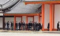 京都御所を見学する、茶会の招待者ら=京都市上京区で2019年3月25日午後3時15分、川平愛撮影