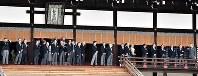 京都御所を見学する、茶会の招待者ら=京都市上京区で2019年3月25日午後3時13分、川平愛撮影