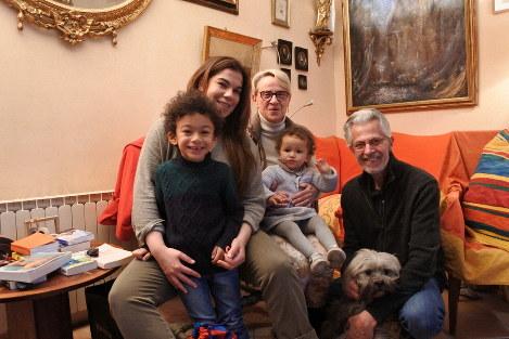 ベロニクさん(中央)とアモリさん(右)夫妻と娘のイゾルドさん(左)。イゾルドさんの2人の子供と、夫妻の飼い犬も一緒=フランス南部モンペリエで2019年3月20日、久野華代撮影
