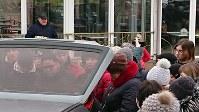 車の周りに集まり、ドネツクから届いた品々を受け取る人々=ウクライナ東南部マリウポリで2019年3月3日、大前仁撮影