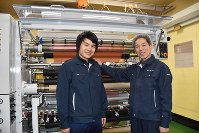 後継指名したグエンさん(左)の肩に手を添える長尾安祐社長=名古屋市西区で、斎川瞳撮影
