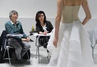 AIの「考えた」画像に着想を得てデザインしたドレスを発表するショーに向け、モデルのオーディションをするエマ理永さん(中央)=東京都目黒区で2019年1月、永山悦子撮影