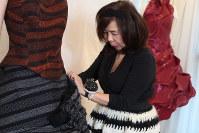 AIが貝とスカートを一緒に深層学習した画像をもとにしたドレスの手直しをするエマ理永さん=東京都港区で2019年2月、永山悦子撮影