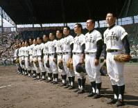 第53回大会でセンバツ初優勝を果たした、かつての名門・PL学園(大阪、休部)の選手たち。ぴったりとしたユニホームを着ている選手の姿は見られない=阪神甲子園球場で1981年4月8日