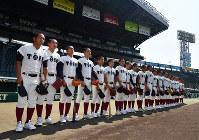 昨夏の甲子園で整列する大阪桐蔭の選手たち。体にぴったりとしたユニホームを着こなし、他校から「強そうに見える」といった声が上がる=阪神甲子園球場で2018年8月2日、猪飼健史撮影