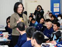 13期の最終プログラムで田知本遥さんの話を聴く小学生たち=富山市で、森野俊撮影