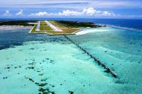 エメラルドグリーンの海に面する下地島空港=三菱地所提供