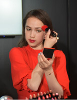 メーキャップアーティストのアドバイスを受けながら化粧をするフィギュアスケート女子のアリーナ・ザギトワ=東京都内で2019年3月26日午後5時39分、福田智沙撮影