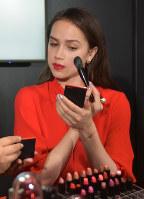メーキャップアーティストのアドバイスを受けながら化粧をするアリーナ・ザギトワ=東京都内で2019年3月26日午後5時40分、福田智沙撮影