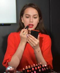 メーキャップアーティストのアドバイスを受けながら化粧をするフィギュアスケート女子のアリーナ・ザギトワ=東京都内で2019年3月26日午後5時40分、福田智沙撮影