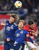 【日本―ボリビア】前半、ボールを競り合う畠中(左端)、香川(中央)=ノエビアスタジアム神戸で2019年3月26日、猪飼健史撮影