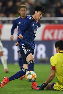 【日本―ボリビア】後半、鎌田がゴール前まで攻め込むも相手GKに阻まれる=ノエビアスタジアム神戸で2019年3月26日、久保玲撮影