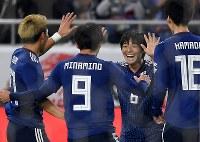 【日本―ボリビア】後半、ゴールを決め喜ぶ中島(右から2人目)=ノエビアスタジアム神戸で2019年3月26日、久保玲撮影