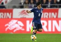 【日本―ボリビア】後半、ボールをキープする中島=ノエビアスタジアム神戸で2019年3月26日、久保玲撮影