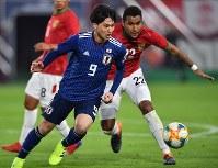 【日本―ボリビア】後半、ボールを競り合う南野(左)=ノエビアスタジアム神戸で2019年3月26日、猪飼健史撮影