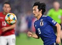 【日本―ボリビア】後半、ボールをトラップする中島=ノエビアスタジアム神戸で2019年3月26日、猪飼健史撮影