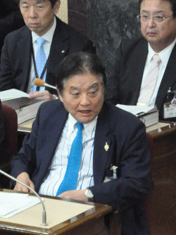 年1454万円の市議報酬の維持が決まり、議場で声を荒らげる減税日本代表の河村たかし名古屋市長(手前)=同市役所で2019年3月15日午後4時8分、三上剛輝撮影