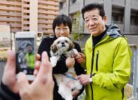 大阪市長選が告示され、有権者らと記念撮影する松井一郎氏(右)=大阪市中央区で2019年3月24日、猪飼健史撮影