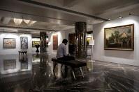 3月25日、インド最大の銀行詐欺事件に関与したとして国際手配され、英国で逮捕された宝石商の富豪が所有していた貴重な油彩画の競売が26日に税当局の主催で行われる。写真は競売開催を前に展示された作品。ムンバイで撮影(2019年 ロイター/Danish Siddiqui)