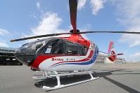 毎日新聞社が共同通信社と東京・羽田格納庫に新たに導入した取材用ヘリコプター「はばたき」=東京都大田区で2019年3月21日、尾籠章裕撮影