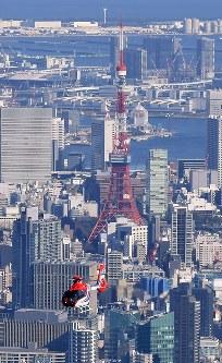 毎日新聞社が共同通信社と東京・羽田格納庫に新たに導入した取材用ヘリコプター「はばたき」。奧は東京タワー=東京都内で2019年3月8日、本社ヘリから竹内紀臣撮影