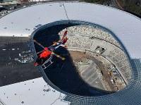 新国立競技場の上を飛ぶ毎日新聞社が共同通信社と東京・羽田格納庫に新たに導入した取材用ヘリコプター「はばたき」=東京都内で2019年3月8日、本社ヘリから竹内紀臣撮影